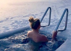 Зимние купания в проруби